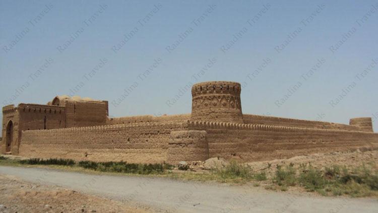برج های قلعه مهرپادین مهریز