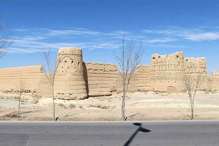 برج و باروهای خشتی قلعه شهرسب ابرکوه