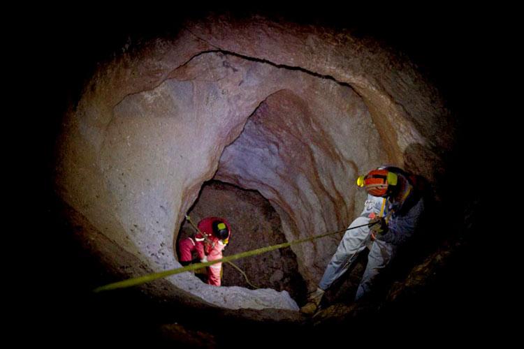 غار دو سر مهریز