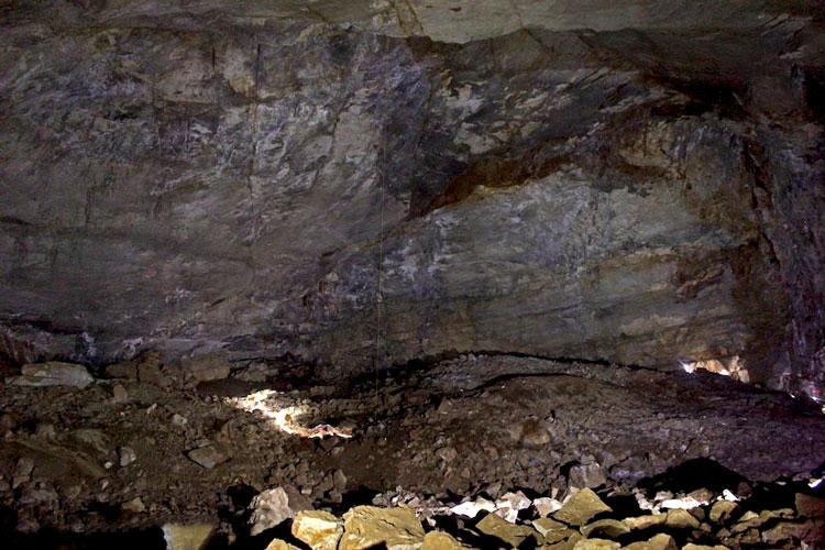 دیواره سنگی غار پشوم یزد