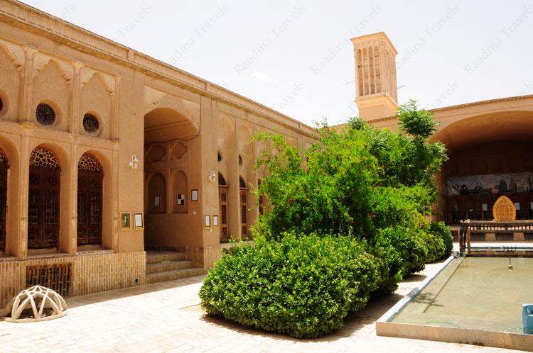 حیاط و تالار خانه لاری ها یزد