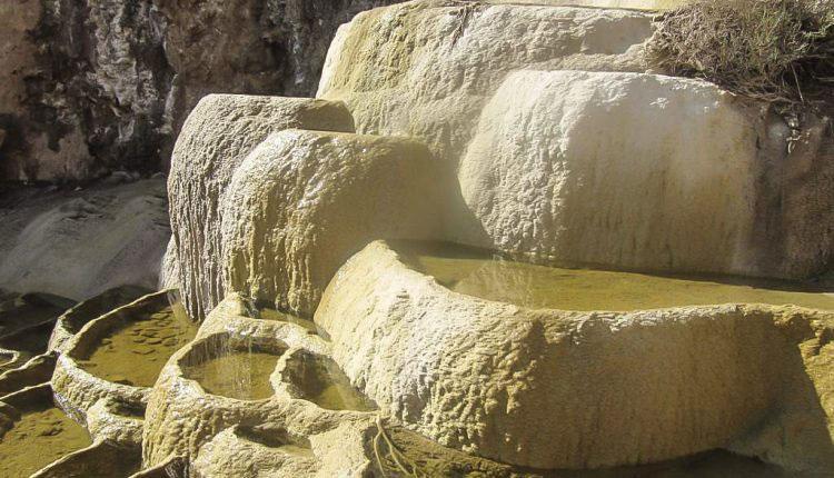 نمای نزدیک سنگ آب های ندوشن