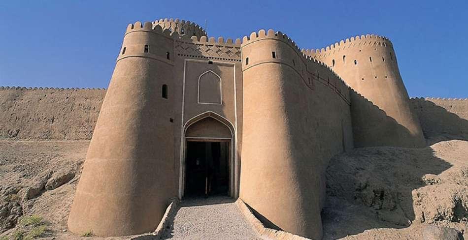 نصب دروازه اصلی ارگ بم