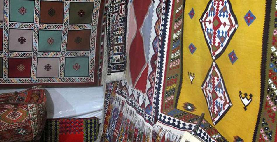 افتتاح اولین نمایشگاه گروهی لباس، پارچه و گلیم دستبافت در نائین